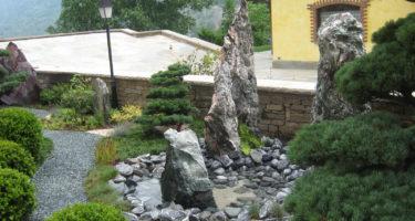 Nei giardini Zen le forme topiarie permettono di legare le fontane, i monoliti ed i viaggetti, richiamandone le forme sinuose.